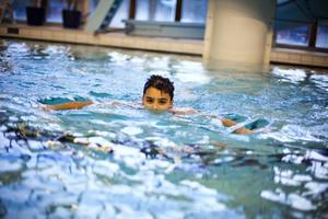 Övningarna på simkursen innehåller också en hel del lek och stoj, ett viktigt moment på vägen mot att bli vän med vattnet. Längst fram på bilden poserar William Gustafsson.För femteklassaren Lass Wally är det inget snack. Han lärde sig inte simma i skolan men är mycket motiverad att göra det nu.
