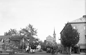 Nynäshamns centrum 1940. Eken i bankhörnan var mindre än den är i dag.
