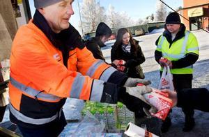 Milkos senaste satsning på en allt mer utsatt mejerimarknad är att producera och sälja mjölken på en allt mer lokal marknad. I går delades därför mjölkpaket ut vid Ica Kvantum i Östersund.
