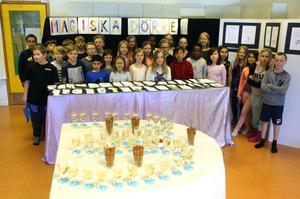Klass 3 på Norra skolan i Sveg firar att deras bokprojekt är färdigt med bubbel och snacks