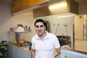 Samma moms som tidigare. Yahya Aslan, som driver pizzerian på Rönnby, är en av alla restaurangägare som inte har mycket nytta av momssänkningen. Nästan alla hans kunder beställer hämtpizza och där har momsen alltid legat på 12 procent.