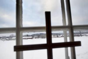 Missionskyrkan i Torsåker står ståtligt mitt på åkrarna i Wall i Torsåker.