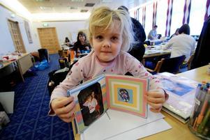 Stolt. Emma visar upp sin scrapbook. Där finns hon på bild i när hon gungar, och tillsammans med systern Hanna. Emma har lärt sig scrappa tillsammans med mamma Caroline Berglund.