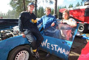 Folkraceintresset är stort i familjen Westman. I år har David fått sällskap på Hedparkenbanan av flickvännen Kim Hübbert (till vänster) och mamma Lena, som båda kör folkrace för första gången. Samtliga tävlar för Fredriksbergs MK.
