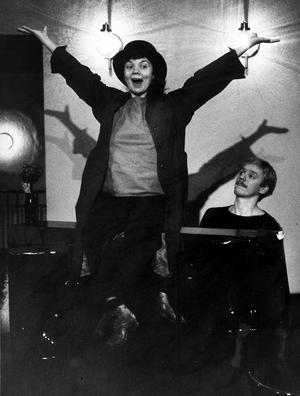Liva-cabaret. Eva Gröndahl och Bjarne Löwdin repeterar Henningsens pjäs, 1984.