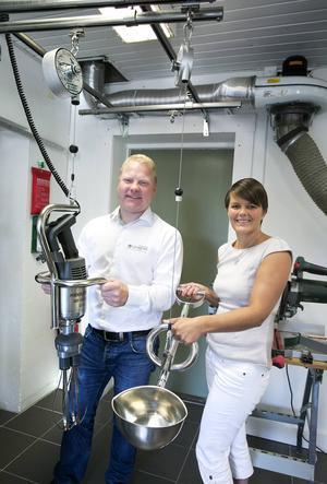 Björn Bok och Sara Ljunggren med de ergonomiska köksredskapen