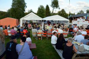 150 personer kom för att lyssna på Erik Eriksson och Bo-Terje Isaksen som spelade och sjöng i sommarmusik i Gäddede.