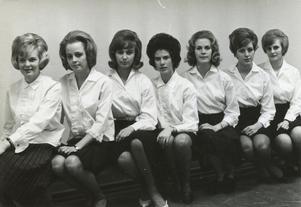 Luciakandidaterna 1963. Så här såg de ut för 50 år sedan, från vänster Sif Waldegård (nu Waldegård Rosling), May-Len Brodin (nu Fagerström), Birgit Olsson (Bergqvist), Marie-Louise Molitor (Eriksson), Marianne Mattsson som blev Roslagens Lucia, Maud Eriksson (Hellgren) och Ingegärd Söderman.