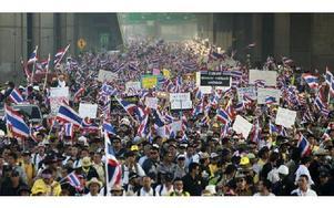 """""""Gulskjortor"""" demonstrerar i Bangkok med flaggor och regeringsfientliga slagord. Foto: Wason Wanichakorn"""