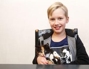 Loke  Richardsson tillsammans med familjens katt Saffran.