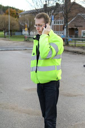 Byggbasen Dennis Fernström är Gnarpsbo och väl förtrogen med trafikförhållandena. Han försöker hålla en kontinuerlig dialog med skolfolket.
