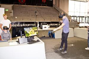 Många provar på Virtual Reality. Då spelar man ett spel med en speciell mask på sig. Det blir en så kallad Virtual Reality, en virtuell verklighet.