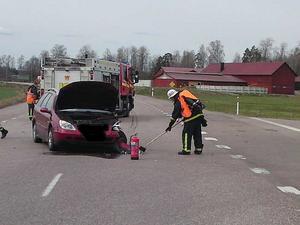 Sanering. Sedan de skadade transporterats bort sanerar brandmännen området kring platsen för krocken.