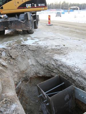 En fiberkabel är avgrävd efter riksväg 84 mellan Hede-Hedeviken. Det hände vid tolvsnåret idag. Ett företag som skulle laga räcket på bron grävde av Telias kabel och enligt företaget så hade Telia markerat kabeln men bommat med dryga tre meter.