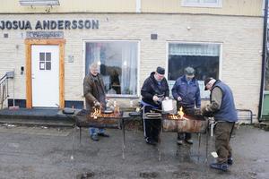 Erfaret gäng. Bo Nordström, Gunnar Fredriksson, Torbjörn Gunnarsson och Bengt Johansson har gräddat många kolbullar i sina dagar. I söndags var det dags igen.