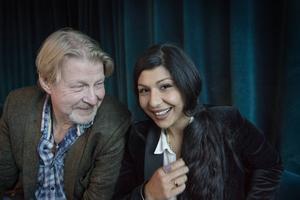 Rolf Lassgård och Bahar Pars.