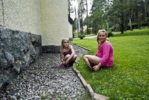 Louisa Ullander och Lina Nyman njöt av sommarvärmen ute medan deras föräldrar njöt av sommarkonserten inne i kyrkan.