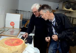 Bertil Wennberg och Grådö mejeris museum har fått en 44-årig Sveciaost av Bosse Söderholm från Nyhammar. Den har legat i faderns matkällare fram till för några år sedan då den transporterades till Grådö. I veckan var det dag för provsmakning och båda herrarna var lika entusiastiska.
