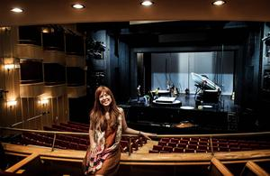 Vassia Zacharopoulou arbetar som frilansande sopran i Grekland. Vid sidan av operauppsättningarna dubbar hon också tecknad film, hon har bland annat gjort prinsessan Annas grekiska röst i filmen