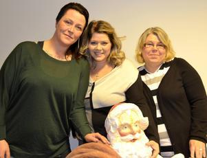 Sofia Eriksson, Sofia Blomberg och Bertha Gebril samlar in julklappar till behövande.