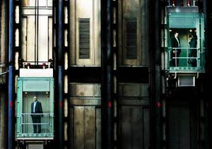 """Enligt en sammanställning som tv-programmet Kalla fakta gjort utifrån Boverkets siffror blev 42 procent av alla hissar underkända vid besiktning 2008. Byggnadsinspektören Christine Häggström tror att det är en rimlig siffra även i Östersunds kommun. """"Vi får inga felrapporter om besiktningar inte utförs"""", säger hon.   Foto: LEFTERIS PITARAKIS/Scanpix"""