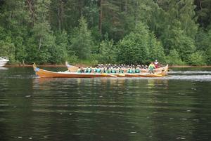 Går om. Båt nr 26 Siljansnäsarn III, Siljansnäs, går om bår nr 32 Sturfajt'n från Orsa. Bilden är från heat nummer två i damklassen. Foto:Göran Persson
