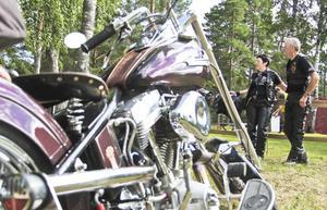 Eva Ahlgren och Nils Nilsson från Jättendal tog sina Harley Davidson-cyklar till Stenöträffen i helgen.