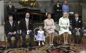 Prins Oscars fem faddrar fick ta plats längst fram i kyrkan på gyllene stolar. Från vänster; Hans Åström från Bollnäs, kungabarnens kusin Oscar Magnuson, prinsessan Madeleine (som hade lilla dottern Leonore med sig), kronprinsessan Mette-Marit av Norge och kronprins Frederik av Danmark.