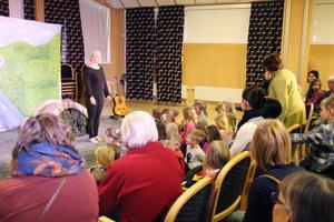 – Vi hade inte räknat med att så många skulle komma. Jätteroligt, säger Stina Zacco Andersson i Skottes musikteater.