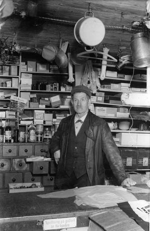 7 juli 1950. Bakom disken står Gustaf Thorgren i Snarhemsbutiken från Uttersberg som skulle flyttas till Vallby.