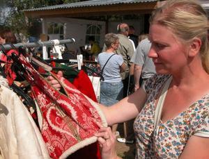 Fyndar. Allt möjligt fanns att hitta på auktionsveckan. Linda Andersson från Torsåker kikar närmre på dräktdelar. Foto:Erika Hällberg