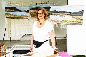 Kristin Elanders mattvävar, med motiv från Funäsdalsbergen, Skarvarna och Mittåkläppen, säljs tillsammans med Anna Petterssons tunnbröd. Anna Pettersson berättar att Kristin är hemma och sjuk idag, men att de vanligtvis står och säljer tillsammans.