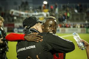 Modou Barrow fick en rejäl kram av ÖFK:s materialförvaltare Bengt-Una