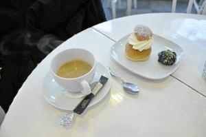 MINIFIKA. Espresso, minisemla och minibiskvi.