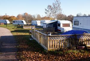 Husvagnarna på bilden har inget med skadegörelsen att göra i en stuga på Skantzö Bad & Camping.