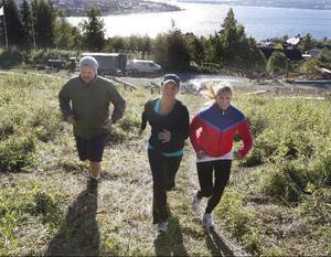 När Magnus Nilsson och Petra Adolfsson kommer upp till toppen av Gustavsbergsbacken så är de helt slut.– Nu går vi ner och springer upp en gång till, säger tränaren Stina Bergsten.