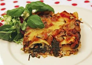 Vegetarisk lasagne är rik på smak från växtriket men hyggligt snål på fett. Ostsåsen är ersatt av färskost och riven ost.