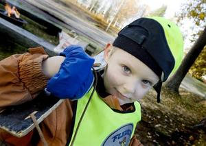 Till häst. Wilmer Östlund, fyra år, tog gunghästen till hjälp när han jagade älg vid förskolan i går.