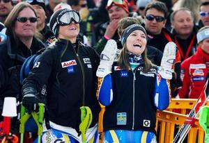 Anja Pärson och Therese Borssén följer slalomtävlingen  i målfållan.  Det blev en spännande väntan för Borssén som till slut knep tredjeplatsen tillsammans med Sarka Zahrobska, Tjeckien. Vann gjorde Sandrine  Aubert, Frankrike, sex hundradelar före Fanny Chmelar, Tyskland.