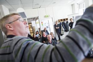 Sven-Erik Jönsson visade besökarna hur morgondagens tidning läggs upp.