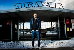 Stora Valla i Degerfors ska byggas om, efter ett beslut från kommunstyrelsen i Degerfors. 25 miljoner kommer kommunen att bidra med. På bilden står Degerforsspelaren Johan Bertilsson utanför Stora Valla.
