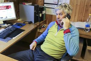 Kalle Arnell inne på kontoret. Annars är arbetsplatsen mycket ute på skoter i regleringsområdet.