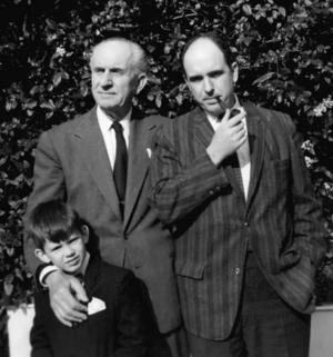 Papandreous: Lille Giorgios poserar med farfar Giorgios och pappa Andreas.