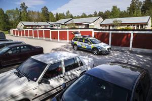 Polisen på plats vid den parkeringsplats där mannen knivskars svårt i buken.