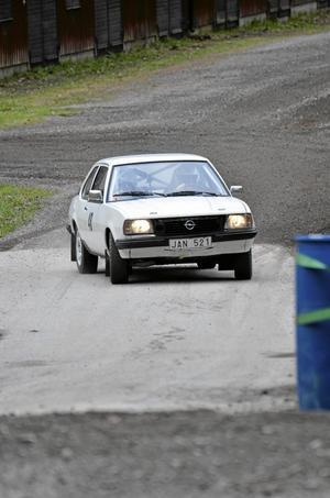 På sladd. Rolf Andersson från Laxå i en Opel Ascona.