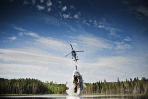 Helikopterkalkning. För att höja pH-värdet i sura sjöar släpps kalk ut i vattnet.  Foto: Arkivfoto
