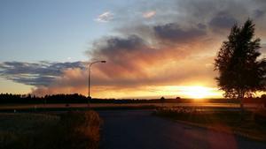 Skogsbranden i solnedgång sett från Kila utanför Sala. /Elin Johansson