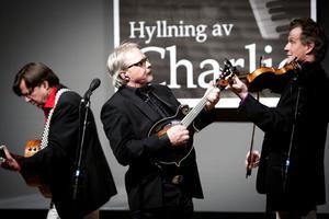 Östen med resten stod för underhållningen vi lördagens hyllningskväll i Ludvika Folkets hus.