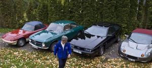 Olle Odsell framför fyra av sina bilar: Lotus Elan S4 Sprint, Alfa Romeo 1600 GTJ, Isuzu Piazza Turbo och Lotus Elise S1.Foto: Tomas Hägg