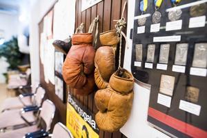 Väggarna pryds även med gamla boxningshandskar, medaljer och utmärklser.